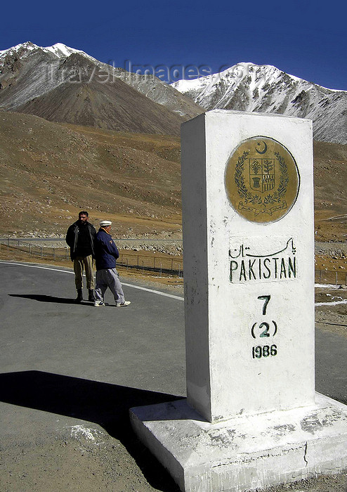 pakistan18: Khunjerab Pass, Hunza valley, Northern Areas / FANA - Pakistan-administered Kashmir: sign in Urdu and English - border between Pakistan and China - Xinjian Uighur Autonomous Region - KKH - photo by D.Steppuhn - (c) Travel-Images.com - Stock Photography agency - Image Bank