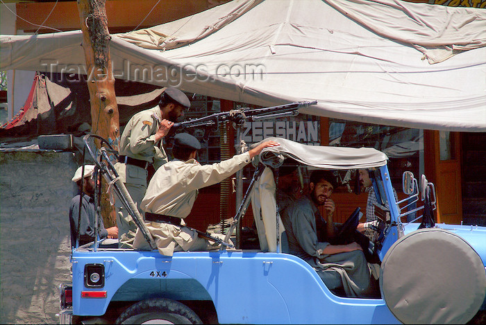 pakistan19: Pakistan - Gilit / Gilgit  (Northern Areas): armed jeep - Pakistani military - army - machine gun - photo by A.Summers - (c) Travel-Images.com - Stock Photography agency - Image Bank