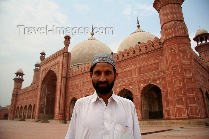 pakistan199: Lahore, Punjab, Pakistan: Pakistan - Punjab - Lahore - man in front of Badshahi mosque  - photo by G.Koelman - (c) Travel-Images.com - Stock Photography agency - Image Bank
