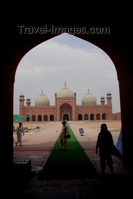 pakistan27: Lahore, Punjab, Pakistan: Badshahi mosque, the 'Emperor's Mosque' - image framed by an arch - photo by G.Koelman - (c) Travel-Images.com - Stock Photography agency - Image Bank