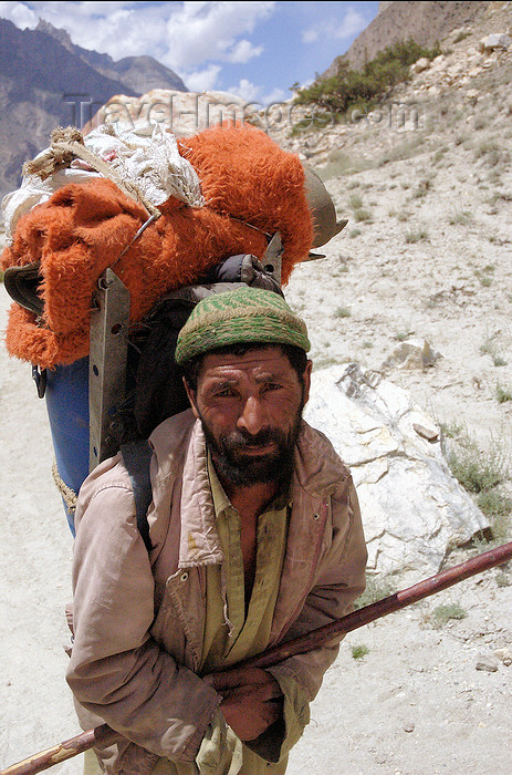 pakistan45: Pakistan - Karakoram mountains - Himalayan range - Northern Areas: Balti porter with walking stick - photo by A.Summers - (c) Travel-Images.com - Stock Photography agency - Image Bank