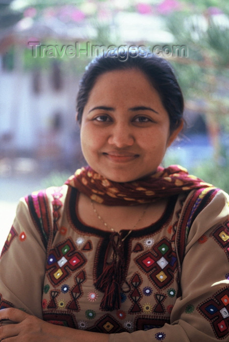 pakistan59: Karachi, Sindh, Pakistan: woman wearing a shawlar kurta with traditional embroidery - photo by R.Zafar - (c) Travel-Images.com - Stock Photography agency - Image Bank
