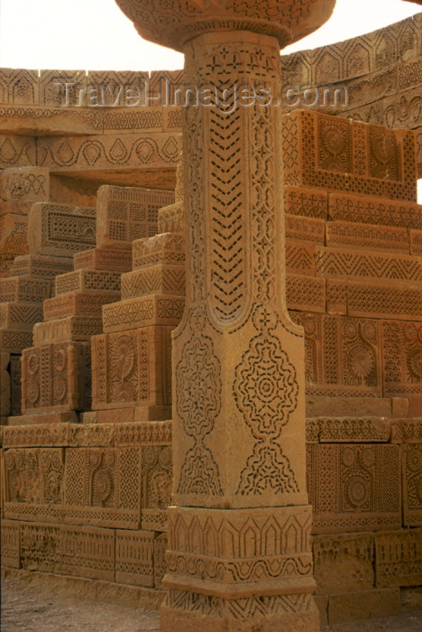 pakistan68: Asia - Pakistan - Chaukundi Tombs, Sindh: tombs within an enclosure - ornate tombs - photo by R.Zafar - (c) Travel-Images.com - Stock Photography agency - Image Bank