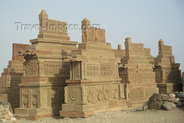 pakistan69: Pakistan - Chaukundi Tombs (Sindh, near Karachi): view of the tombs built by the Baluchi and Burpat tribes - photo by R.Zafar - (c) Travel-Images.com - Stock Photography agency - Image Bank
