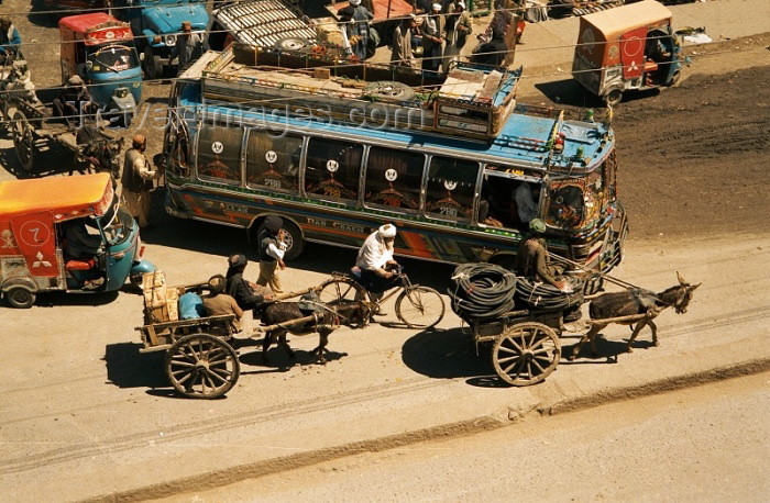 pakistan7: Pakistan - Quetta - Baluchistan: Road traffic - bus, donkey-karts and rickshaw / Provoz na silnici v Kvétì - photo by J.Kaman - (c) Travel-Images.com - Stock Photography agency - Image Bank