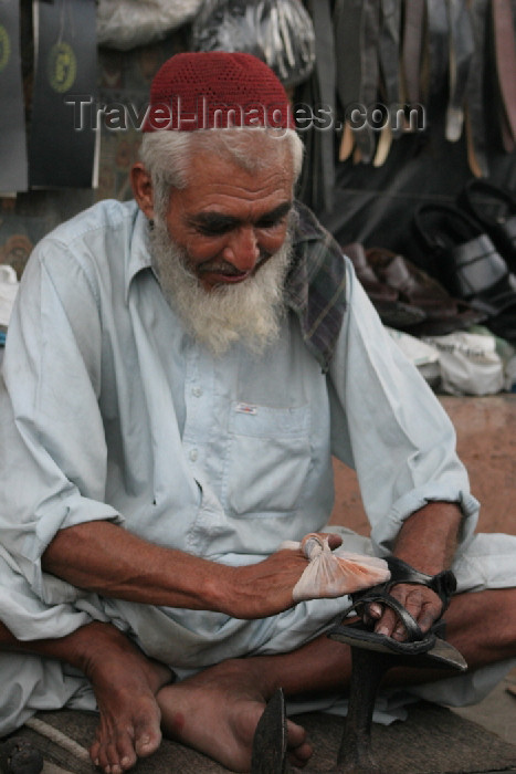 pakistan86: Karachi, Sindh, Pakistan: old man polishing a customer's shoes - photo by R.Zafar - (c) Travel-Images.com - Stock Photography agency - Image Bank