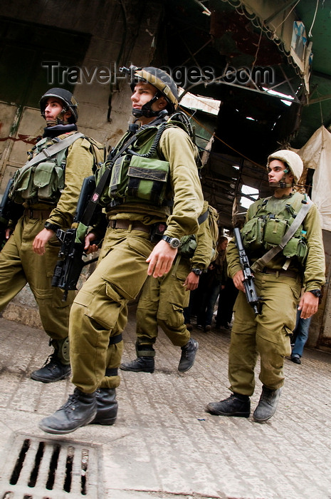 palest22: Hebron, West Bank, Palestine: young Israeli soldiers patrol the streets - Tzahal -  Israel Defense Forces - IDF - photo by J.Pemberton - (c) Travel-Images.com - Stock Photography agency - Image Bank