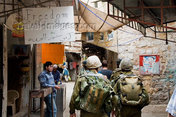 palest23: Hebron, West Bank, Palestine: Israeli soldiers walking past a Palestinian café - Freedom coffee shop - Tzahal -  Israel Defense Forces - IDF - photo by J.Pemberton - (c) Travel-Images.com - Stock Photography agency - Image Bank