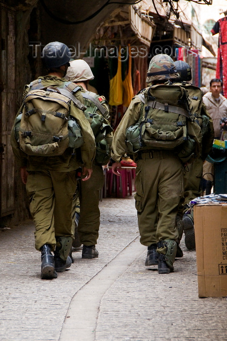 palest24: Hebron, West Bank, Palestine: Israeli soldiers in Hebron bazaar - Tzahal -  Israel Defense Forces - IDF - photo by J.Pemberton - (c) Travel-Images.com - Stock Photography agency - Image Bank