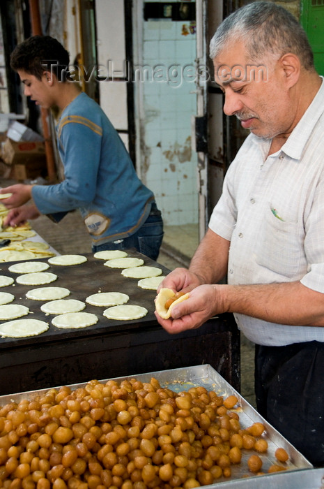 palest28: Hebron, West Bank, Palestine: local food vendor preparing sweets - photo by J.Pemberton - (c) Travel-Images.com - Stock Photography agency - Image Bank