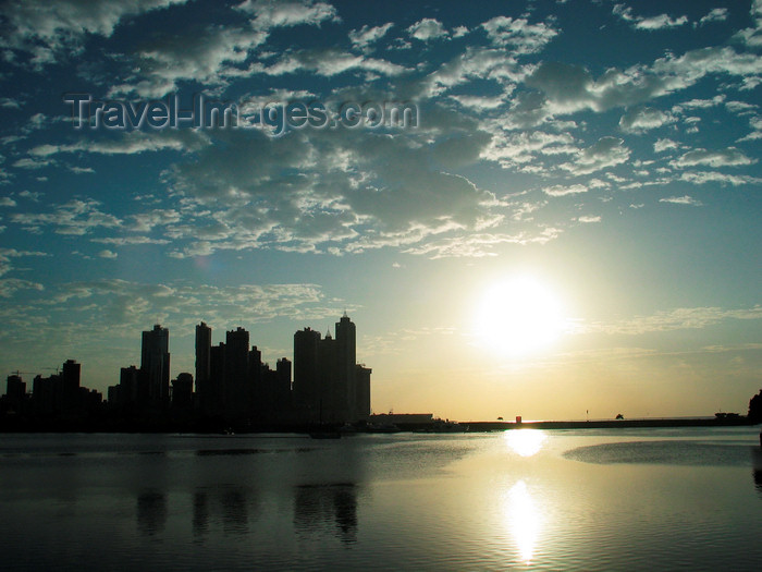 panama102: Panama City / Ciudad De Panamá: sun, sea and skyline - skyscrapers silhouette at Punta Paitilla and Panama bay - sunset - Pacific ocean - photo by H.Olarte - (c) Travel-Images.com - Stock Photography agency - Image Bank