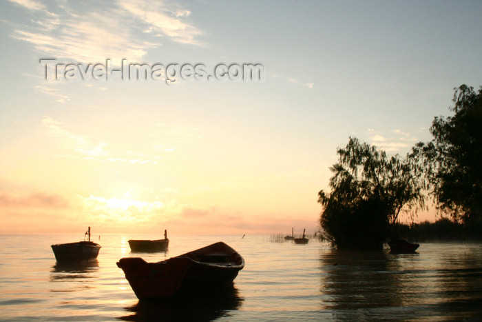 paraguay16: Paraguay - Aregua: boat on lake Ypacarai  / lago Ypacarai (photo by Andre Marcos Chang) - (c) Travel-Images.com - Stock Photography agency - Image Bank