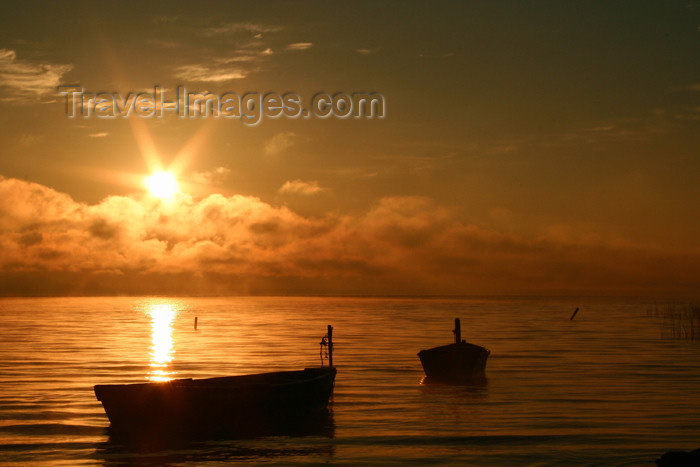 paraguay17: Paraguay - Aregua: dawn over lake Ypacarai  / lago Ypacarai (photo by Andre Marcos Chang) - (c) Travel-Images.com - Stock Photography agency - Image Bank