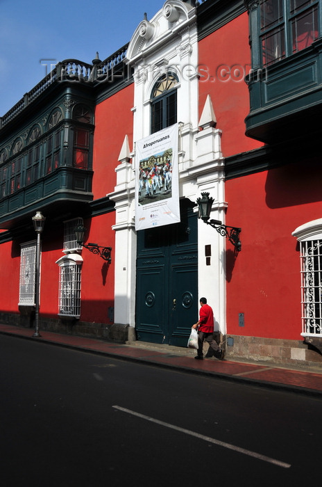 peru104: Lima, Peru: Casa Riva-Ag&#252;ero - red fa&#231;ade with colonial balconies of the Museum of Folk Arts - Museo de Artes e Tradiciones Populares - Pontif&#237;cia Universidad Cat&#243;lica de Peru - Jir&#243;n Caman&#225; - photo by M.Torres - (c) Travel-Images.com - Stock Photography agency - Image Bank