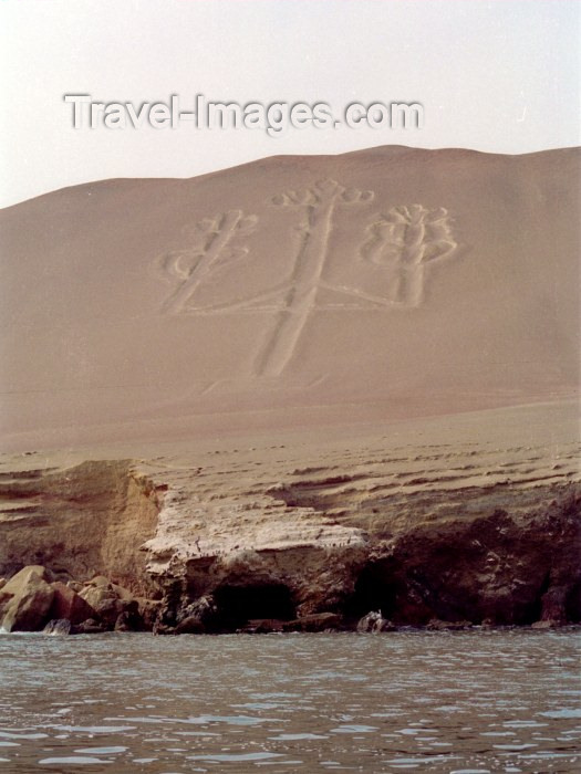 peru28: Islas Ballestas / Ballesta islands, Ica region, Peru: decorated slope - Geoglyphs - photo by M.Bergsma - (c) Travel-Images.com - Stock Photography agency - Image Bank