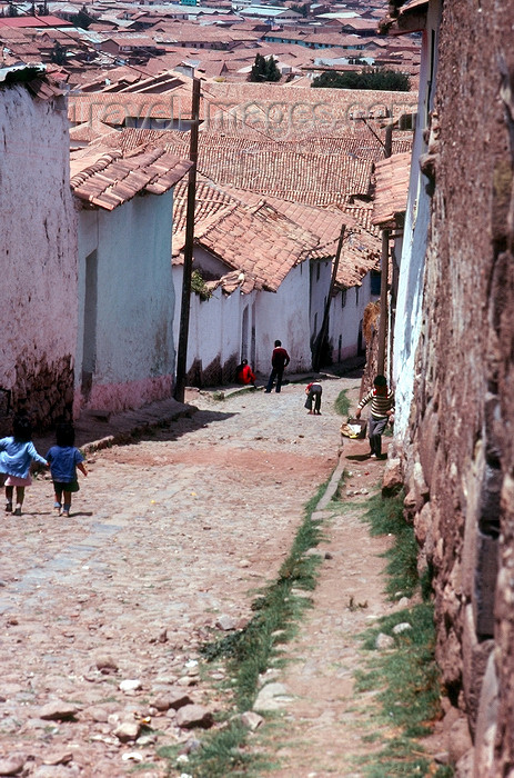 peru46: Cuzco, Peru: street scene - going downhill - photo by J.Fekete - (c) Travel-Images.com - Stock Photography agency - Image Bank