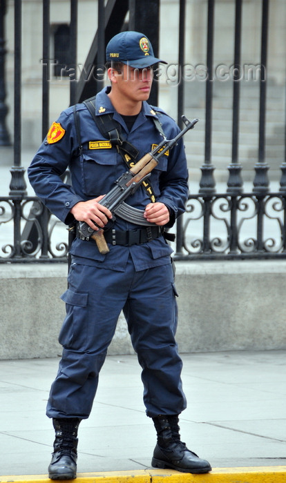 peru80: Lima, Peru: policeman with AK-47 Kalshnikov rifle guards the Government Palace - Plaza de Armas - photo by M.Torres - (c) Travel-Images.com - Stock Photography agency - Image Bank