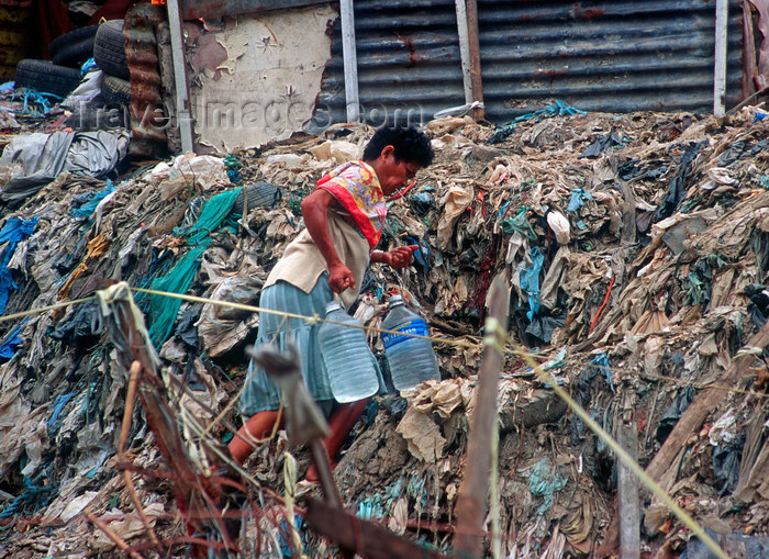 phil16: Manila city, Philippines - woman carrying water - Slums and shanty towns - photo by B.Henry - (c) Travel-Images.com - Stock Photography agency - Image Bank