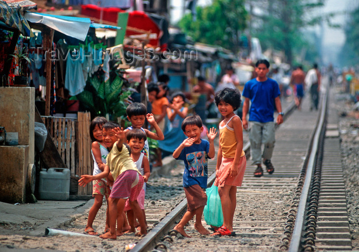 phil17: Manila city, Philippines - children on the railway tracks - Slums and shanty towns - photo by B.Henry - (c) Travel-Images.com - Stock Photography agency - Image Bank