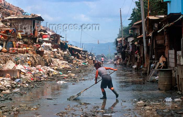 phil19: Manila city, Philippines - street sweeper - Slums and shanty towns - photo by B.Henry - (c) Travel-Images.com - Stock Photography agency - Image Bank