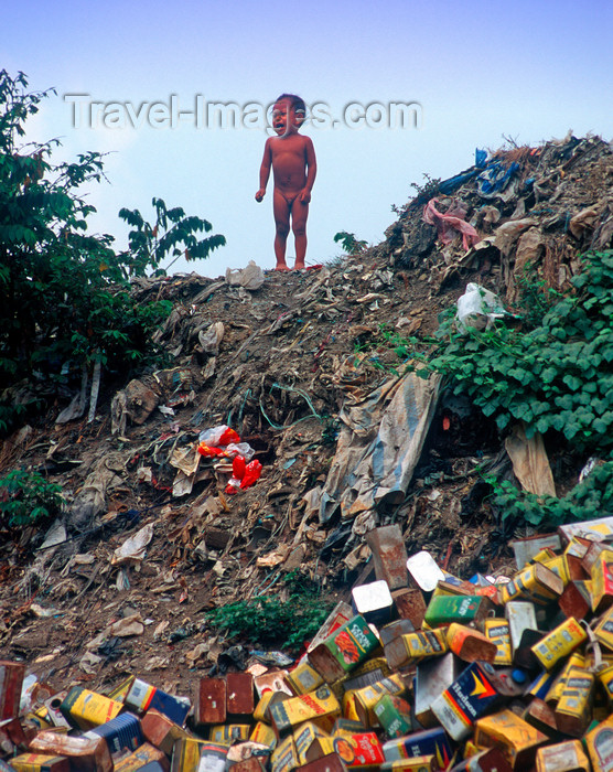 phil22: Manila city, Philippines - toddler and garbage - Slums and shanty towns - photo by B.Henry - (c) Travel-Images.com - Stock Photography agency - Image Bank