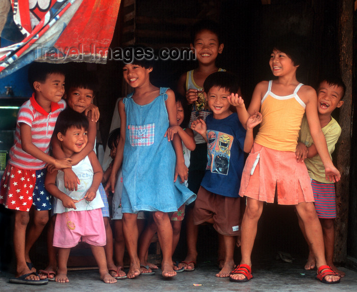 phil25: Manila city, Philippines - happy gang of Filipino children - Slums and shanty towns - photo by B.Henry - (c) Travel-Images.com - Stock Photography agency - Image Bank