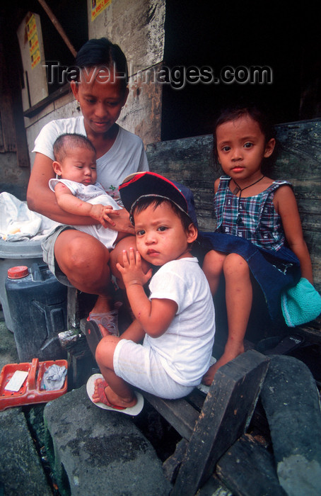 phil30: Manila city, Philippines - mother and children - Slums and shanty towns - photo by B.Henry - (c) Travel-Images.com - Stock Photography agency - Image Bank