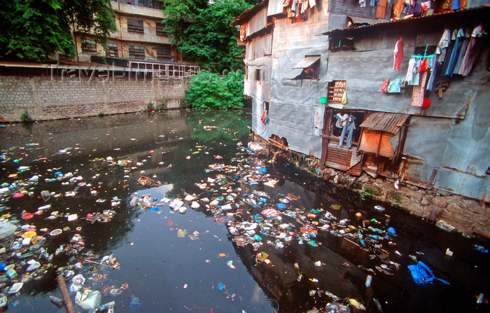 phil4: Manila city, Philippines - river of garbage - photo by B.Henry - (c) Travel-Images.com - Stock Photography agency - Image Bank