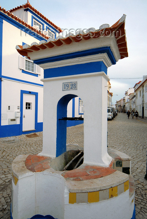 portugal-li330: Ericeira, Mafra, Portugal: old water well - poço - photo by M.Durruti - (c) Travel-Images.com - Stock Photography agency - Image Bank
