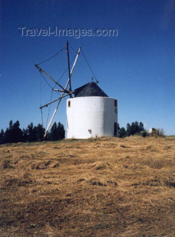 portugal-li73: Malveira (concelho de Mafra): ancient windmill / velho moinho de vento - photo by M.Durruti - (c) Travel-Images.com - Stock Photography agency - Image Bank