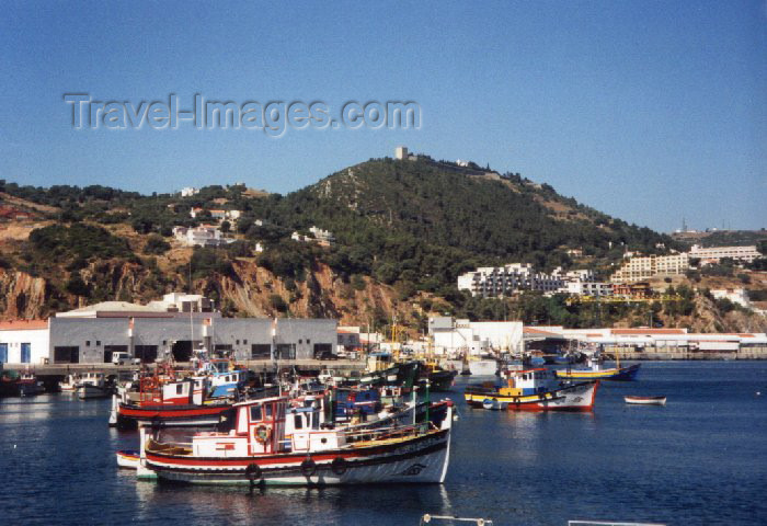 portugal-se10: Sesimbra, Portugal: seen from the fishing harbour - vista do porto de pesca - photo by M.Durruti - (c) Travel-Images.com - Stock Photography agency - Image Bank