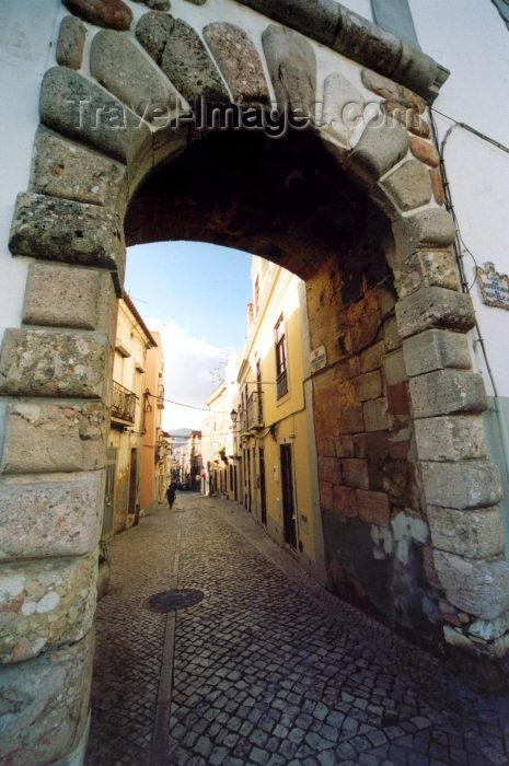 portugal-se130: Portugal - Setúbal: arch at Defensores da Republica square / arco no largo dos Defensores da República - entrada da rua Arronches Junqueiro (Poeta) - photo by M.Durruti - (c) Travel-Images.com - Stock Photography agency - Image Bank