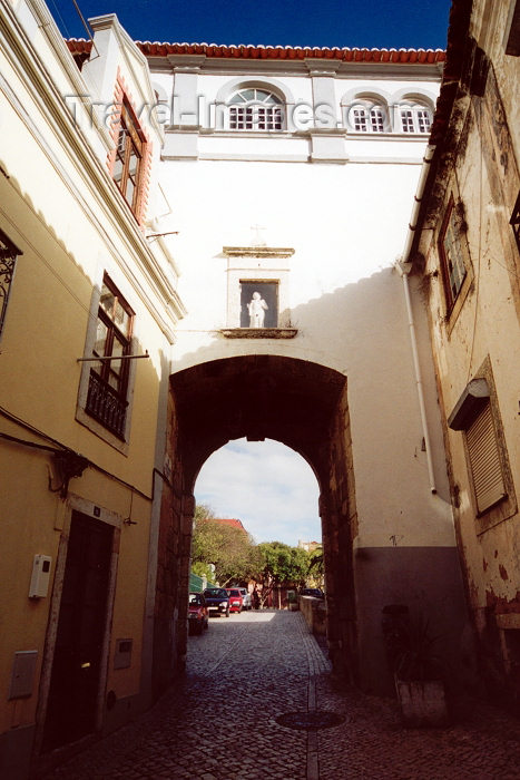 portugal-se131: Portugal - Setúbal:  arch - from Arronches Junqueiro street / arco - rua Arronches Junqueiro (Poeta) - photo by M.Durruti - (c) Travel-Images.com - Stock Photography agency - Image Bank