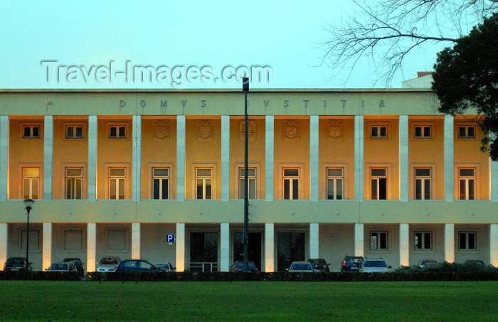 portugal-se179: Portugal - Montijo: the court house at dusk - o tribunal da comarca do Montijo e o parque municipal - photo by M.Durruti - (c) Travel-Images.com - Stock Photography agency - Image Bank