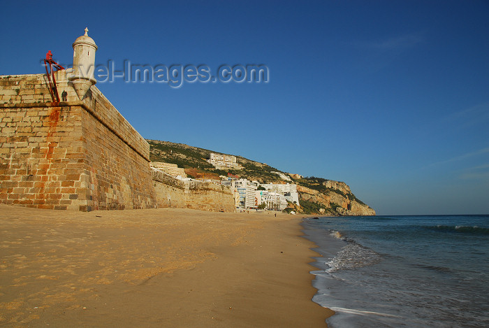 portugal-se193: Sesimbra, Portugal: Santiago fortress and the beach - Forte de Santiago de Sesimbra, Forte da Marinha, Forte da Praia, Fortaleza de Santiago - Monumento Nacional - photo by M.Durruti - (c) Travel-Images.com - Stock Photography agency - Image Bank