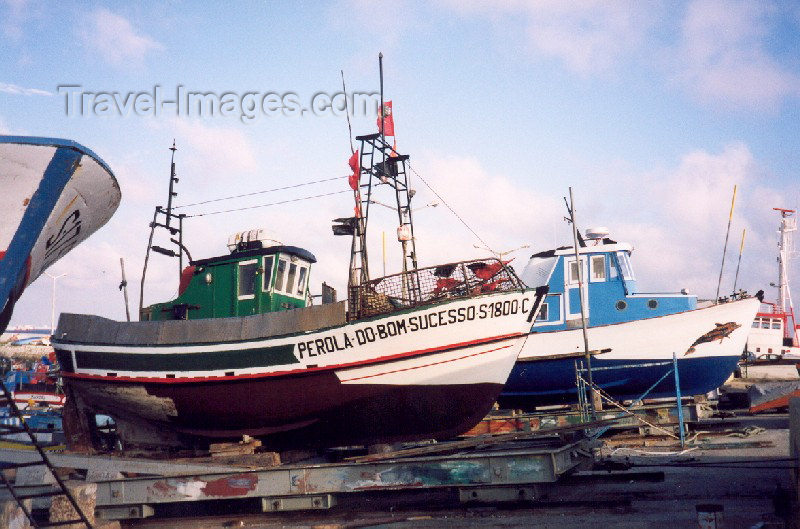 portugal-se52: Portugal - Setubal: repairing trawlers - fishing harbour / reparando traineiras - doca pesqueira - photo by M.Durruti - (c) Travel-Images.com - Stock Photography agency - Image Bank