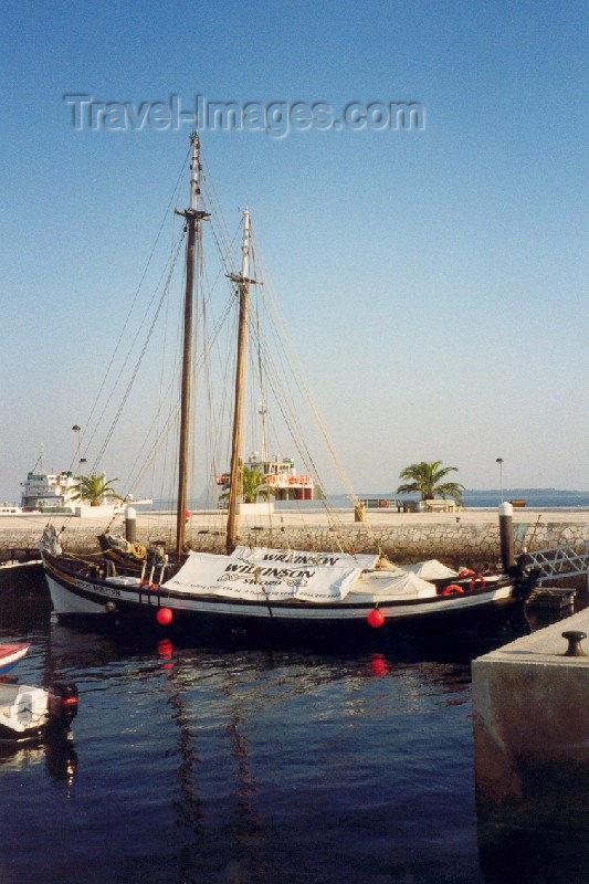 portugal-se6: Portugal - Setúbal: old Sado salt galleon joins the tourist trade / antigo galeão do Sado - Riquitum - photo by M.Durruti - (c) Travel-Images.com - Stock Photography agency - Image Bank
