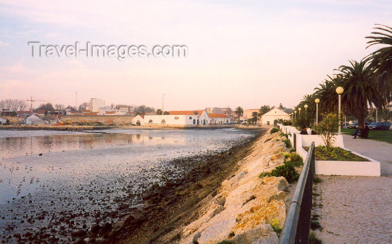 portugal-se70: Portugal - Montijo: the promenade by the Tagus - junto ao Tejo - photo by M.Durruti - (c) Travel-Images.com - Stock Photography agency - Image Bank