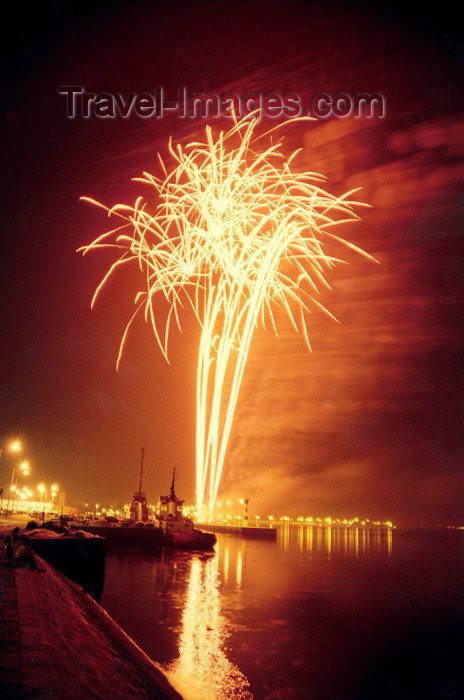 portugal-se73: Portugal - Setúbal:  fireworks over the Sado estuary / fogo de artifício sobre o rio Sado - photo by M.Durruti - (c) Travel-Images.com - Stock Photography agency - Image Bank
