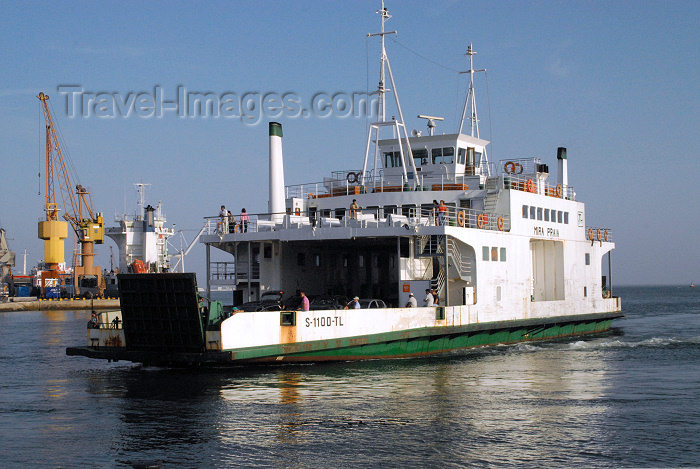 portugal-se75: Portugal - Setúbal: the ferry from Troia arrives / o barco de Troia atraca - Mira Praia - photo by M.Durruti - (c) Travel-Images.com - Stock Photography agency - Image Bank