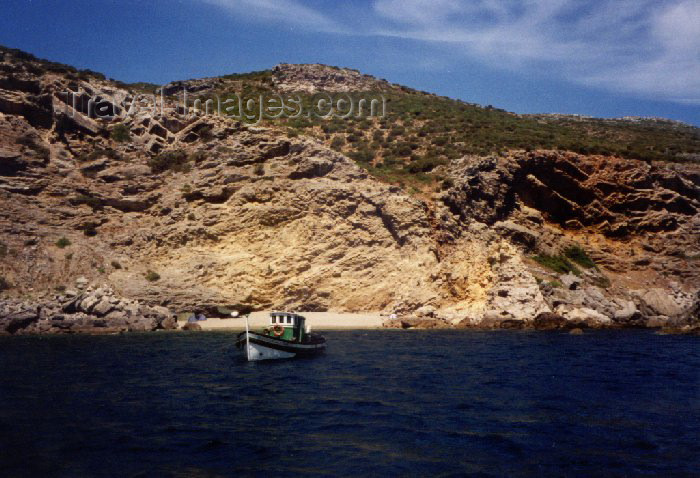 portugal-se9: Sesimbra, Portugal: secluded beach - seen from the Ocean - praia escondida - photo by M.Durruti - (c) Travel-Images.com - Stock Photography agency - Image Bank