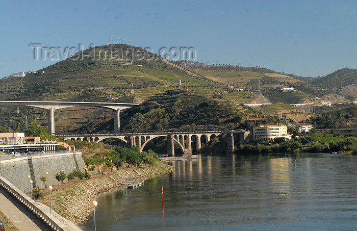 portugal-vr21: Peso da Régua, Vila Real - Portugal: Bridges over the Douro river - N2 and A24 roads - pontes sobre o Douro, ligação ao distrito de Viseu - photo by M.Durruti - (c) Travel-Images.com - Stock Photography agency - Image Bank