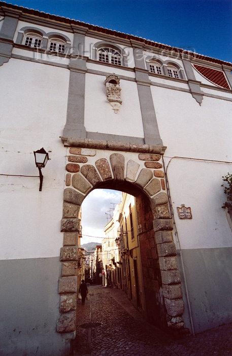 portugal171: Portugal - Setúbal: arch at Defensores da Republica square / arco no largo dos Defensores da República - entrada da rua Arronches Junqueiro (Poeta) - photo by M.Durruti - (c) Travel-Images.com - Stock Photography agency - Image Bank