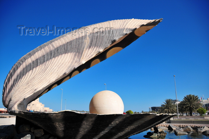 qatar35: Doha, Qatar: Pearl and Oyster Fountain, Al Corniche - commemorates past work of Arab pearl divers, a Persian Gulf tradition that goes back to Roman times - photo by M.Torres - (c) Travel-Images.com - Stock Photography agency - Image Bank