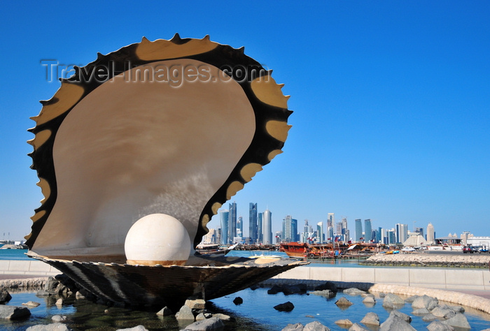 qatar37: Doha, Qatar: Pearl and Oyster Fountain, Al Corniche, probably the most photographed place in Doha - West Bay skyline in the background - photo by M.Torres - (c) Travel-Images.com - Stock Photography agency - Image Bank