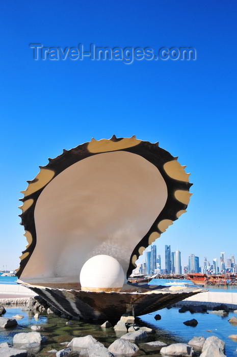 qatar38: Doha, Qatar: Pearl and Oyster Fountain - south end of the Corniche - West Bay skyline in the background - photo by M.Torres - (c) Travel-Images.com - Stock Photography agency - Image Bank