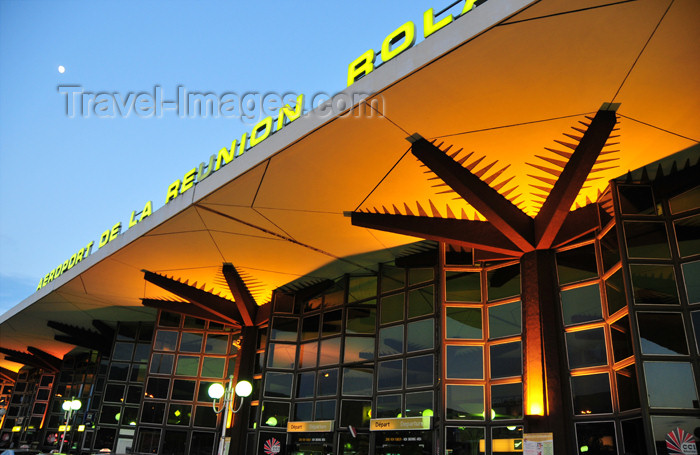 reunion16: Sainte-Marie, Réunion: Roland Garros Airport - palm tree pillars at the terminal - landside / Gillot - RUN - photo by M.Torres - (c) Travel-Images.com - Stock Photography agency - Image Bank