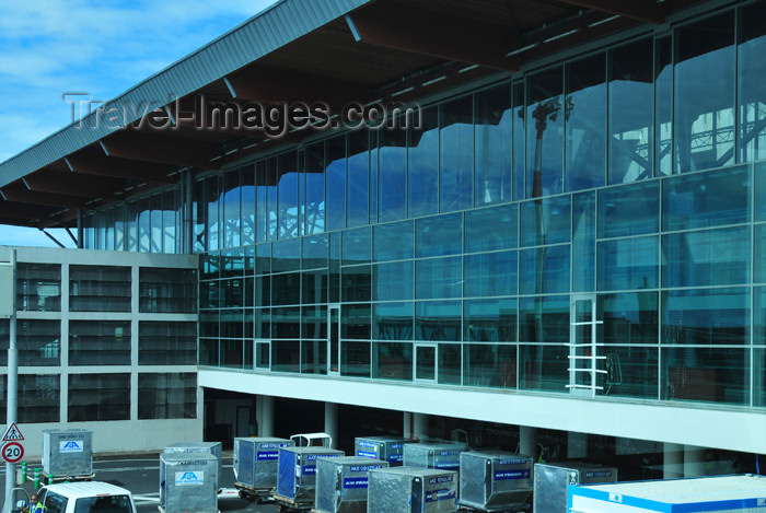 reunion190: Sainte-Marie, Réunion: Roland Garros Airport - glass curtain at the terminal - airside / Gillot - RUN - photo by M.Torres - (c) Travel-Images.com - Stock Photography agency - Image Bank
