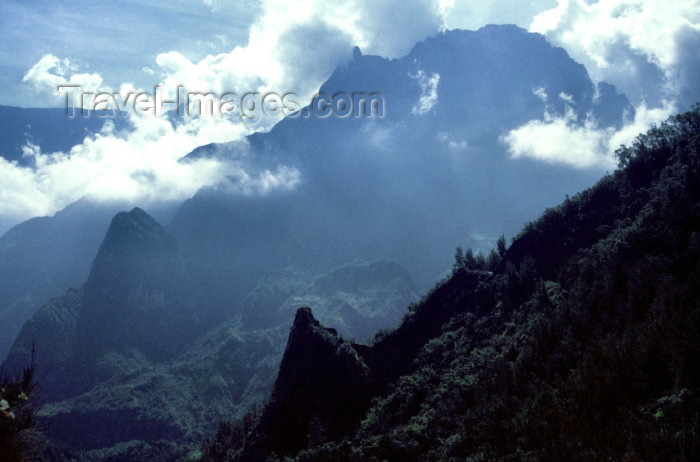 reunion55: Reunion / Reunião - mountain view - peaks and clouds - photo by W.Schipper - (c) Travel-Images.com - Stock Photography agency - Image Bank