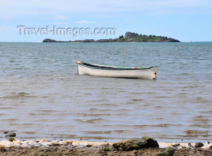 rodrigues15: Anse Baleine, Rodrigues island, Mauritius: boat and the silhouette of Hermitage Island - Ile Hermitage - photo by M.Torres - (c) Travel-Images.com - Stock Photography agency - Image Bank